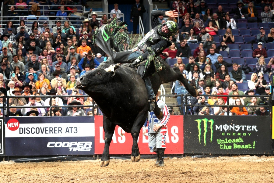 Chase Outlaw on Big Black (K-C Bucking Bulls/Joe & Nina Webb)
